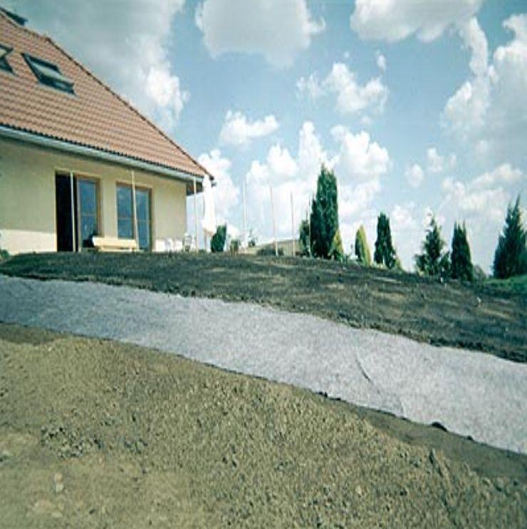 Rasenmatte locker ausrollen und bewässern